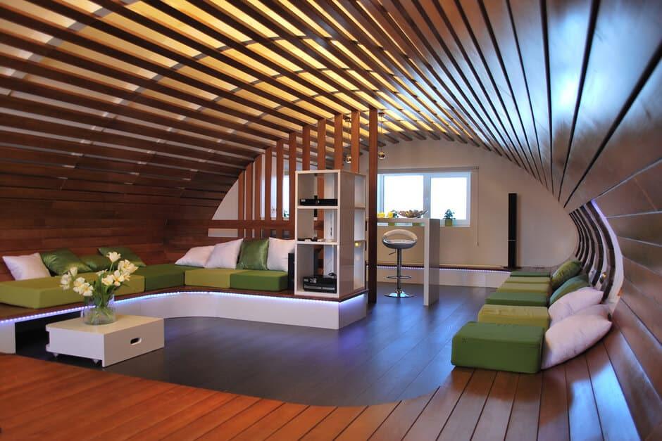 Если высота потолка позволяет, то можно создать по-настоящему эксклюзивный и дорогой интерьер в авторском стиле