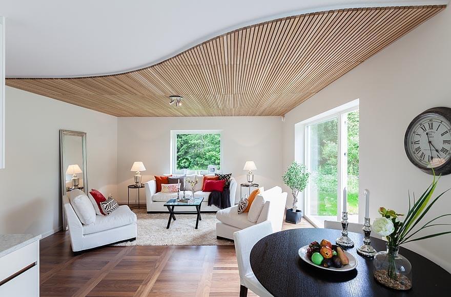 Чистый и белоснежный дизайн гостиной с применением натуральных материалов на потолке