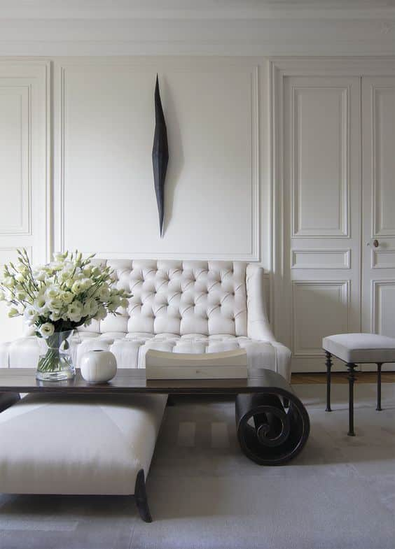 Классическое сочетание черного и белого в оформлении гостиной в стиле минимализм