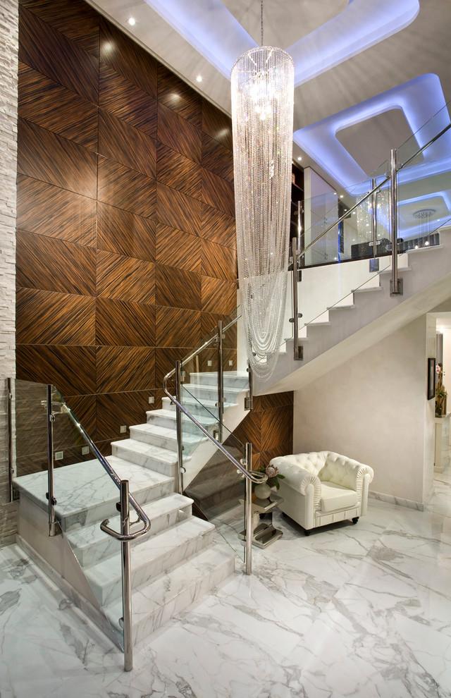 Элегантная бетонная маршевая лестница облицованная белым мрамором