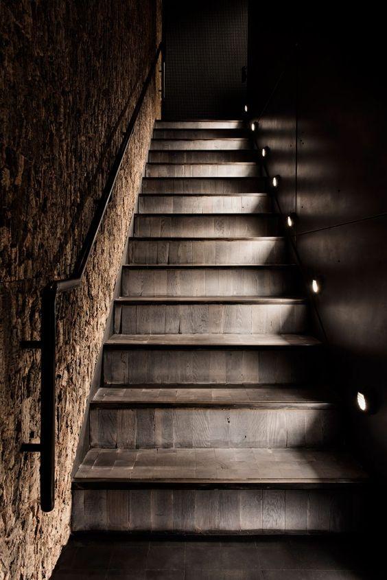 Деревянная лестница в стиле шале с элегантной подсветкой ступеней