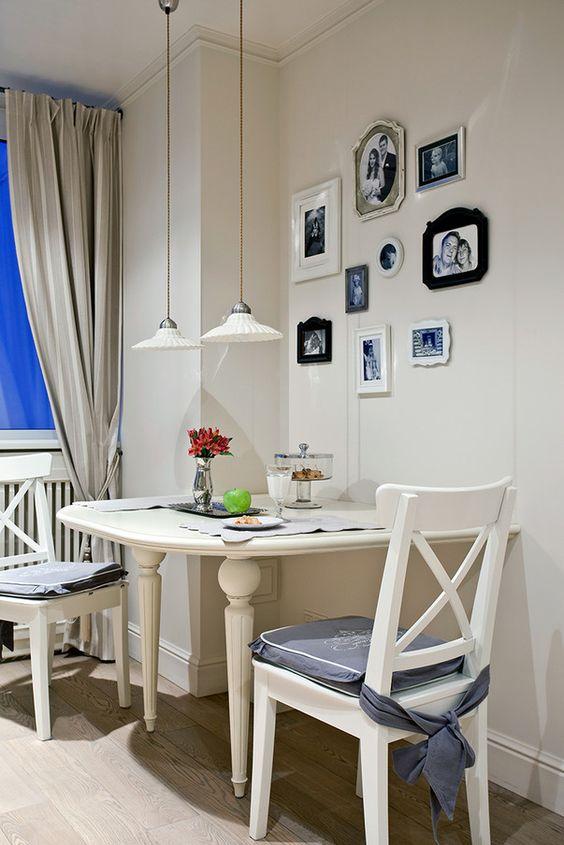 Чтобы сэкономить пространство стол можно поставить не в центре помещения, а пристроить его к стене