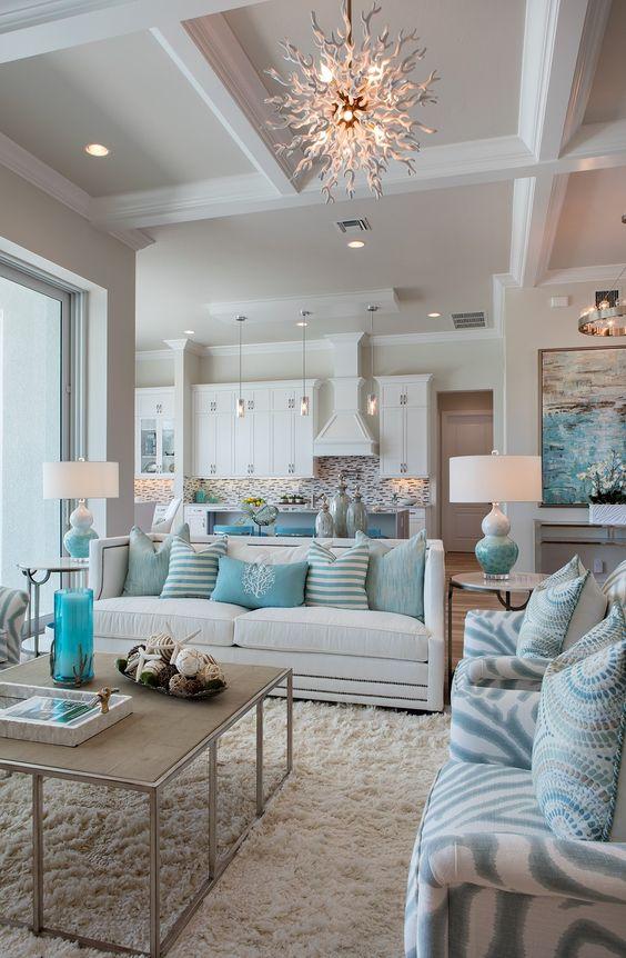Обилие мягких подушек на диване добавят теплоты и душевности вашему интерьеру