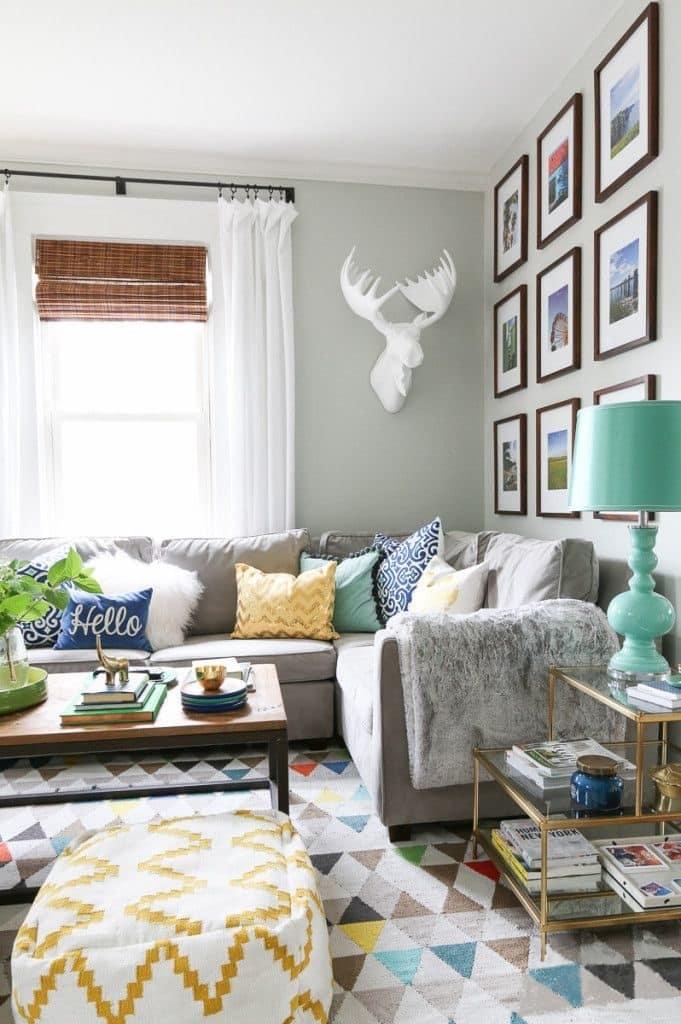 Разнообразие ярких цветов и узоров, способствует к созданию уникального интерьера гостиной