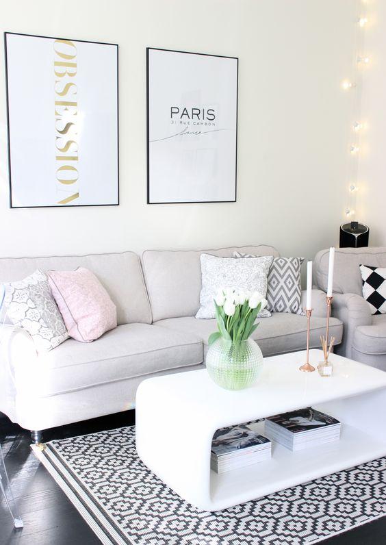 Журнальный столик в стиле хай-тек в современном интерьере гостиной комнаты