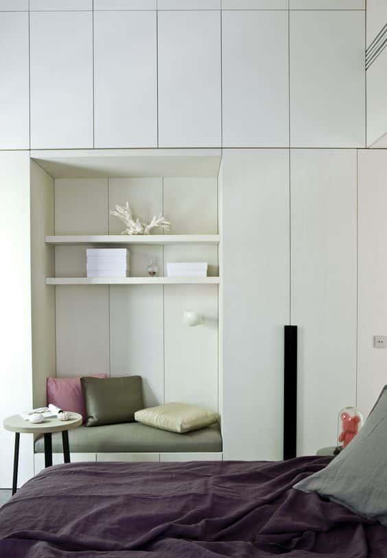 Белый шкаф в спальне визуально будет не так сильно загромождать пространство