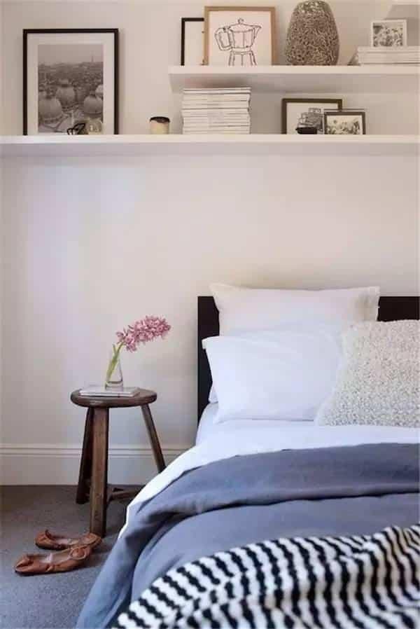 Наличие небольших полочек в спальне всегда будет уместно. На них можно разместить ваши любимые фотографии