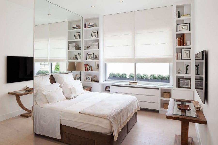 Белоснежные стены и светлая мебель отличный выбор для маленькой комнаты