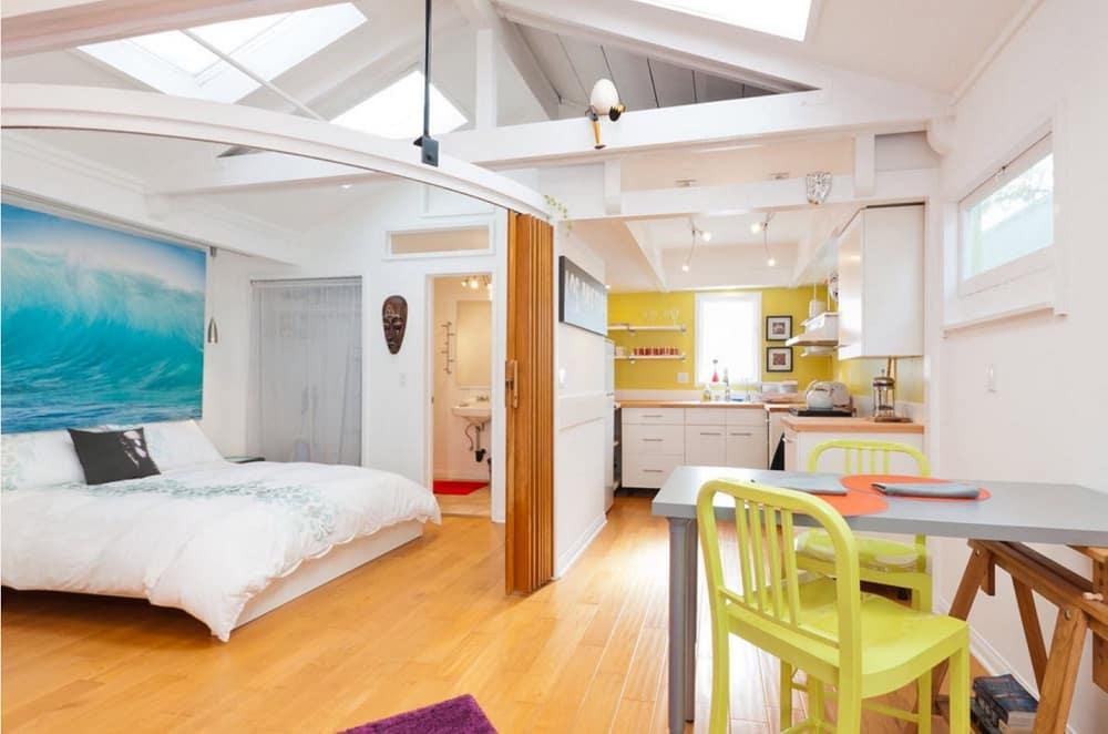 Оригинальное решение оформления интерьера квартиры студии