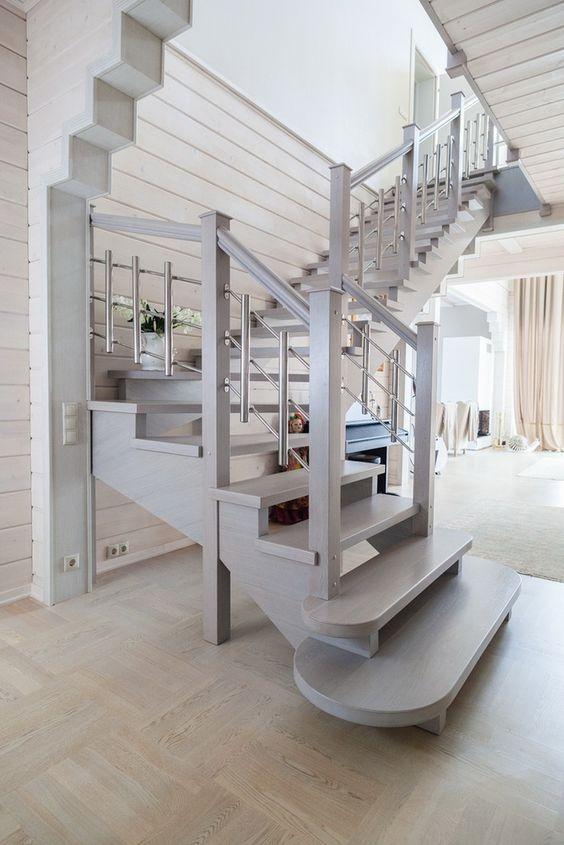 Практичная угловая лестница великолепно вписывающаяся в данный интерьер
