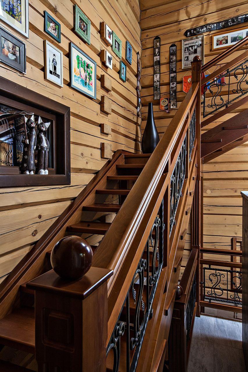 Чтобы поднимаясь вверх не скучать на примыкающие к лестнице стены можно повесить любимые фотографии