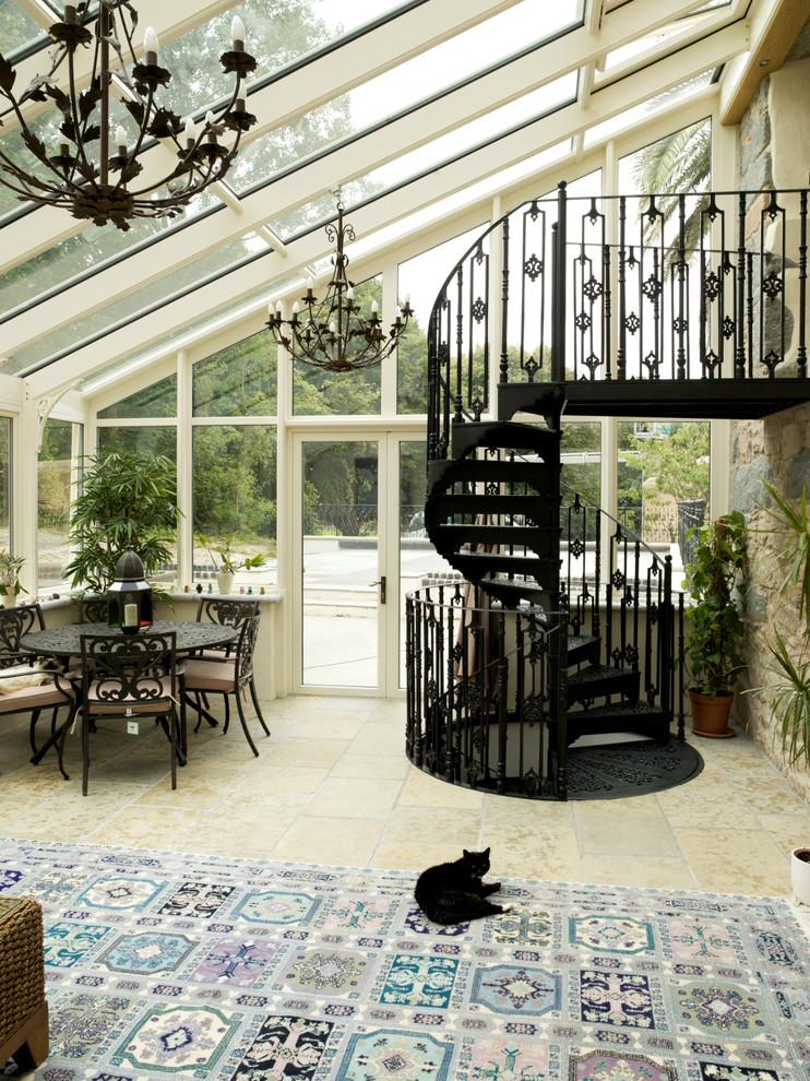 Оригинальная черная лестница на второй этаж выполненная из кованого железа