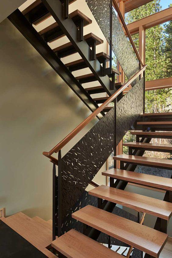 Оригинальная маршевая лестница с деревянными ступенями