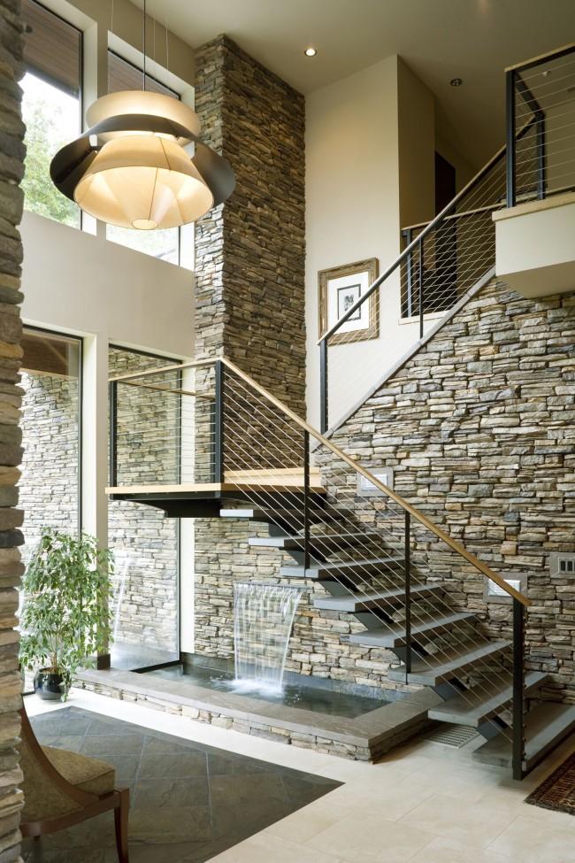 Стильная и элегантная металлическая лестница для гостиной