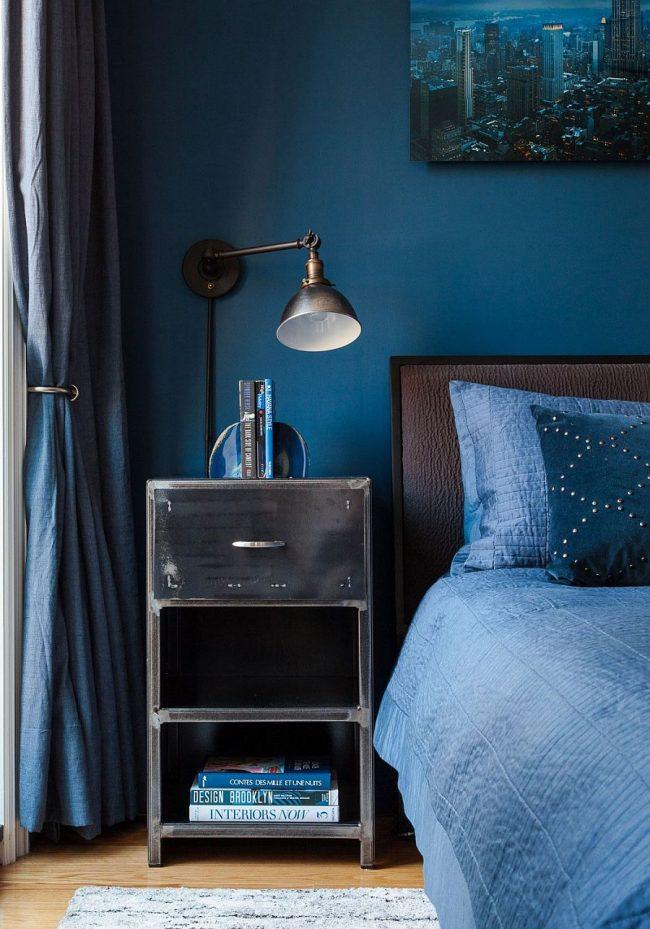 Одним из обязательных предметов интерьера должны стать красивые картины и оригинальные светильника. которые подчеркнет уют спальни