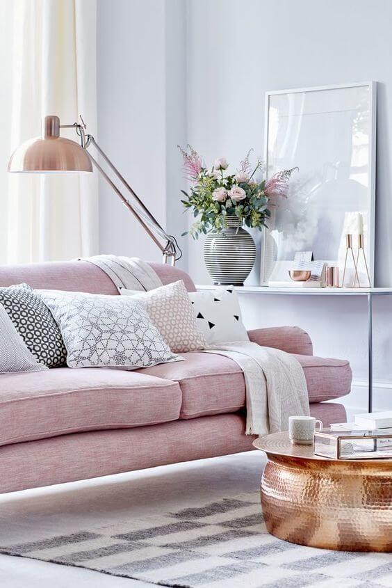 Эффектный розовый диван в гостиной великолепно вписывается в созданный интерьер