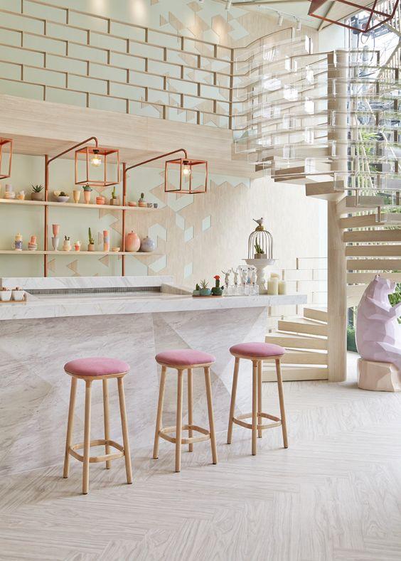 Неплохо впишутся в интерьер и оригинальные розовые стулья