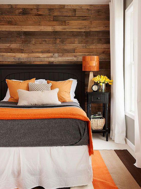 В сочетании с оранжевым цветом деревянное изголовье кровати создадут по-настоящему теплую и уютную атмосферу в спальне