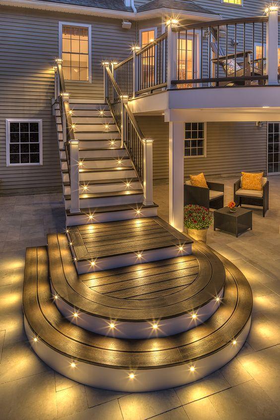 Оригинальный дизайн открытой летней террасы с потрясающим освещение