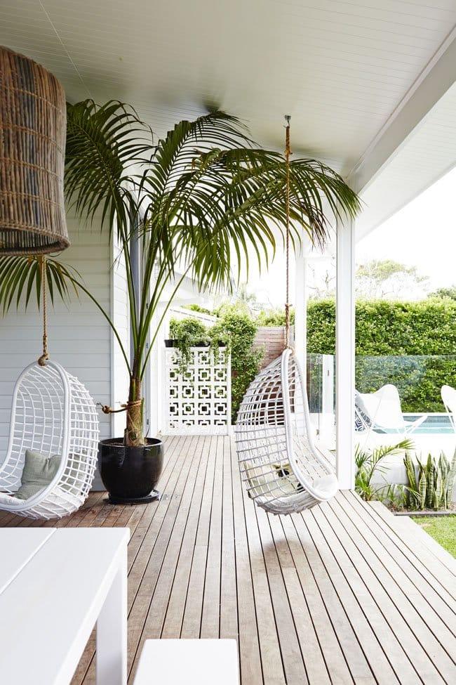 Воздушное подвесное кресло с оригинальным плетением хорошо подходит для любого типа террас