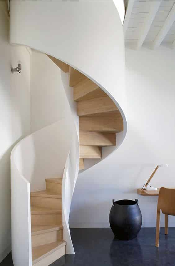 Стиль лестницы выдержанной в теплых тонах идеально подойдет для любого помещения