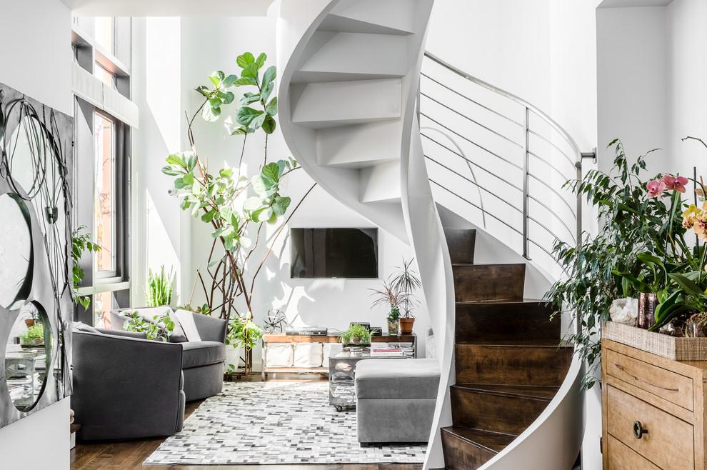 Дизайн лестницы выполнен в едином стилевом решении с гостиной