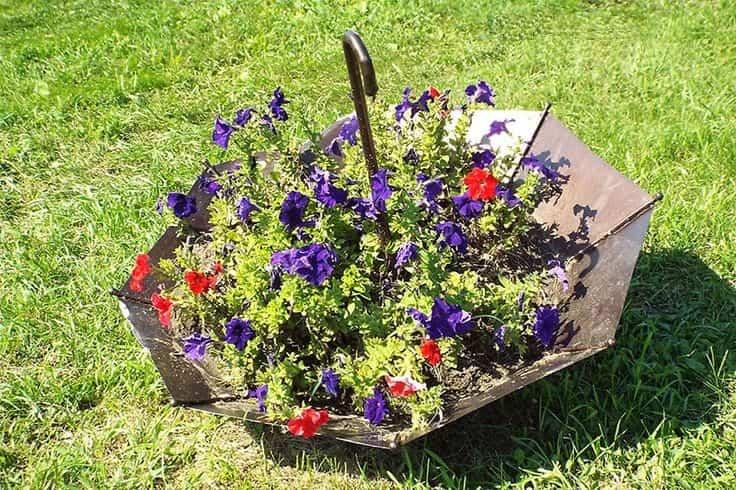 Симпатичная клумба из зонта, которая украсит ваш сад