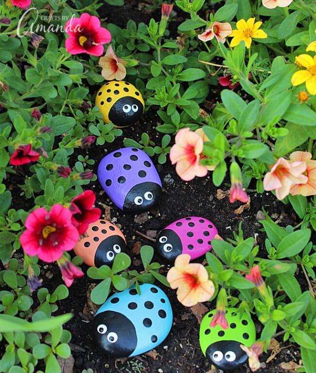 В качестве декора для сада могут послужить даже обычные камни, разукрашенные в яркие цвета [Crafts by amanda]