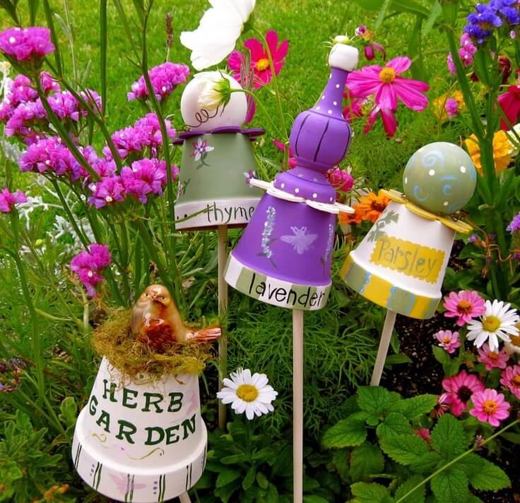 Не нужно выбрасывать старые глиняные горшки, они еще могут послужить своему хозяину в качестве декора для сада