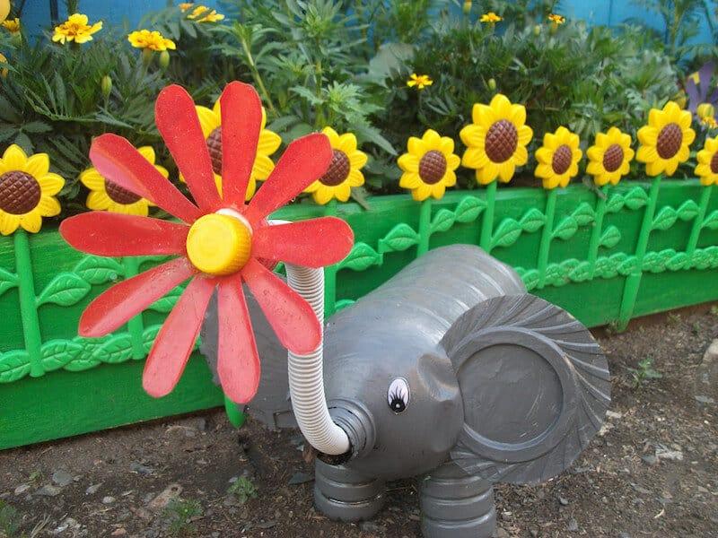 Забавный слон с цветком вместо хобота