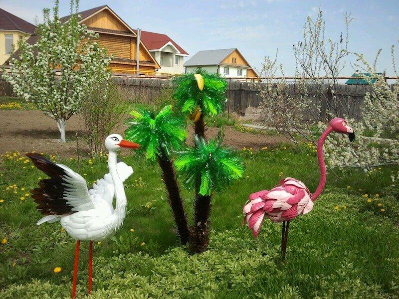 Белый аист и розовый фламинго вместе - та картина, которую наверное никогда не встретишь в живой природе