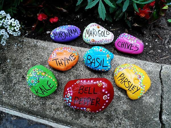 Покрыв камни яркой глазурью и написав на них свои имена, вы получите необычный творческий арт-объект