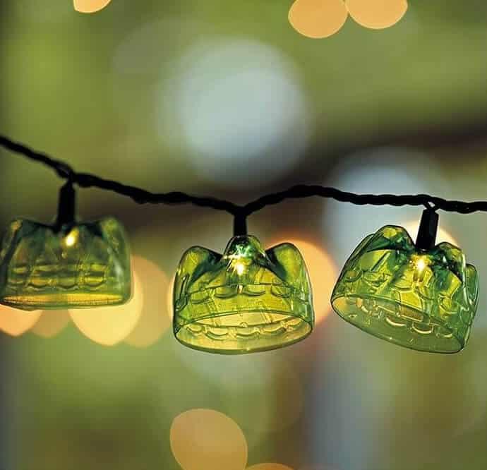 Необычная гирлянда выполненная из донышек пластиковых бутылок украсит ваш сад в вечернее время