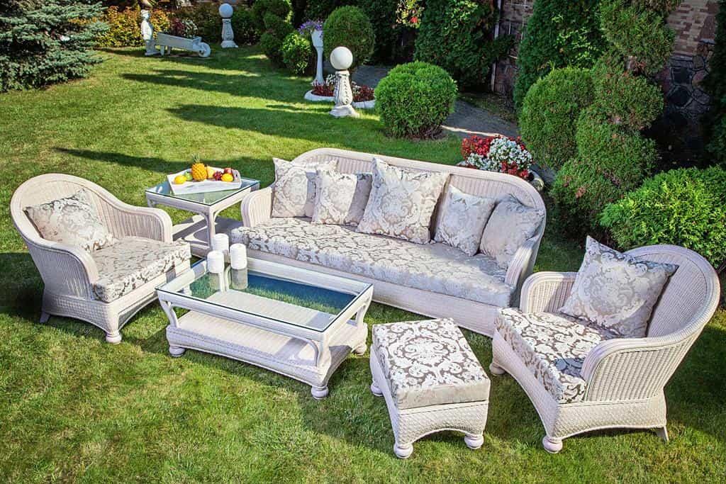 Белоснежная мебель из ротанга будет отлично смотреться в ярком и насыщенном окружении вашего сада