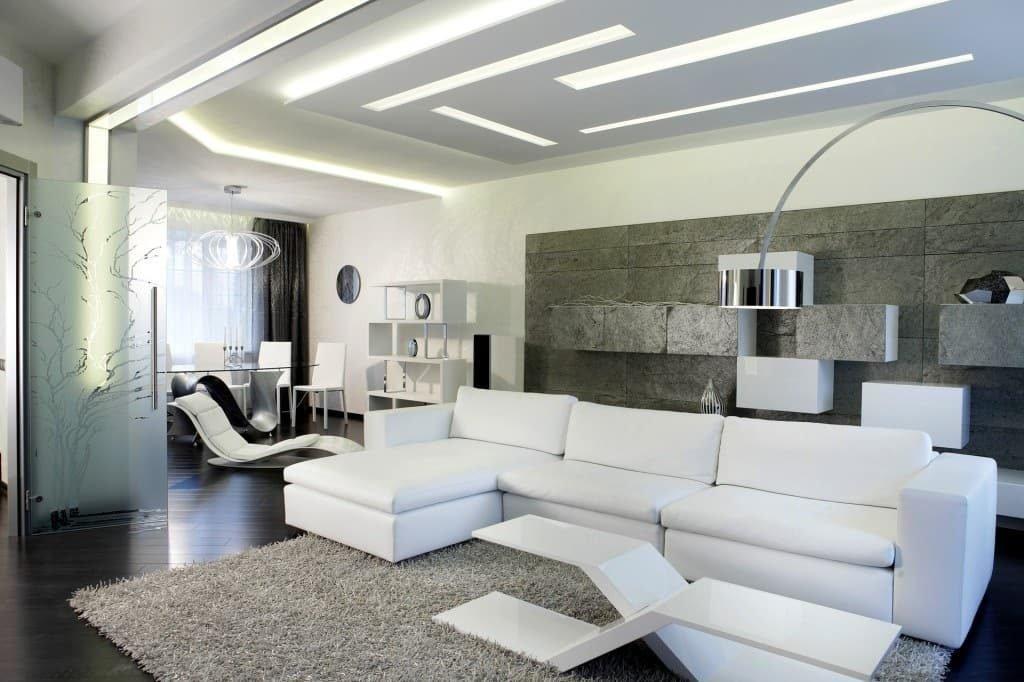 Оригинальный диван и мягкий ковер с длинным ворсом дополнит интерьер в случае нехватки уюта