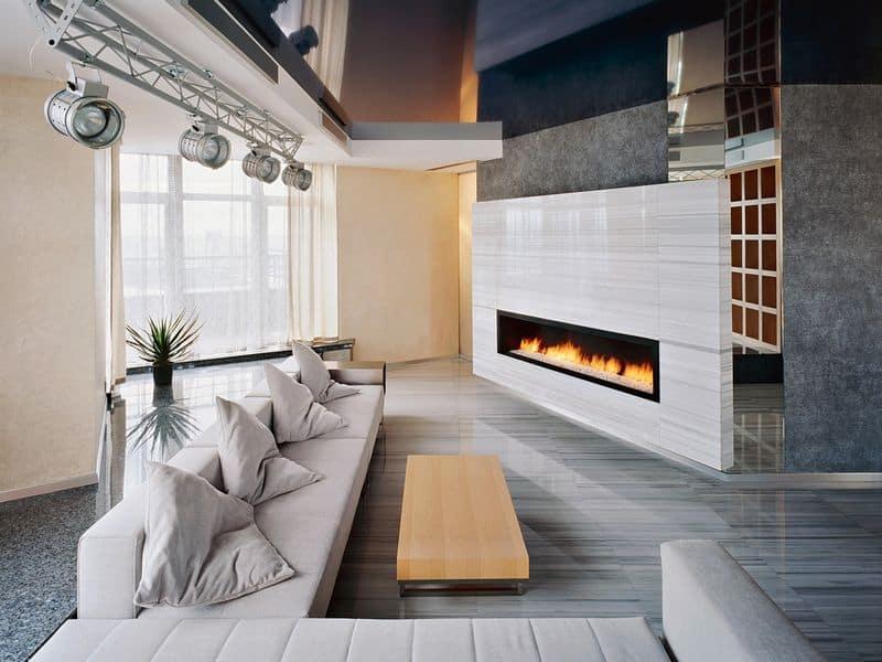 Теплый камин и мягкий диван немного разбавят холодный интерьер из мрамора