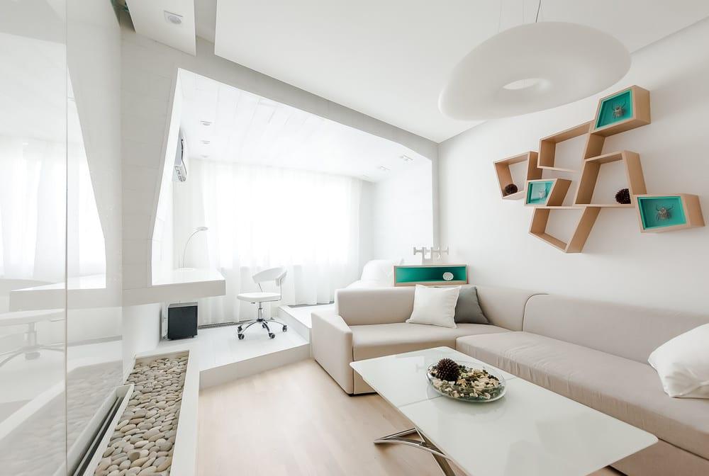 Белоснежный интерьер гостиной с нестандартной геометрией стен и элементов декора подчеркнут изысканность и лаконичность стиля хай-тек