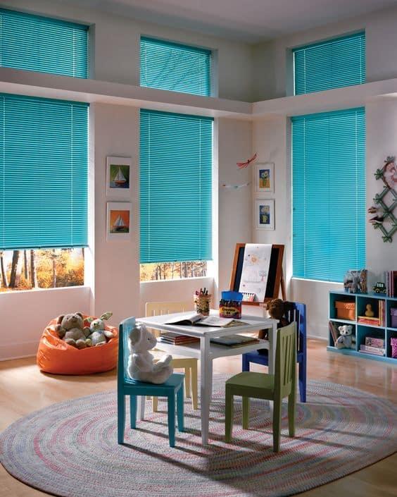 Великолепно обыграть интерьер детской комнаты помогут цветные жалюзи