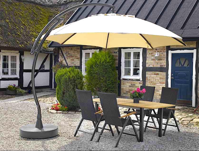 Оригинальный зонт купол над обеденной зоной