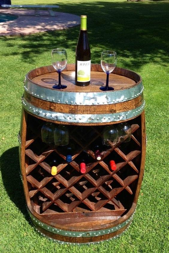 Разрезов старую бочку и разместив в ней полки, можно получить отличный шкаф для хранения вина