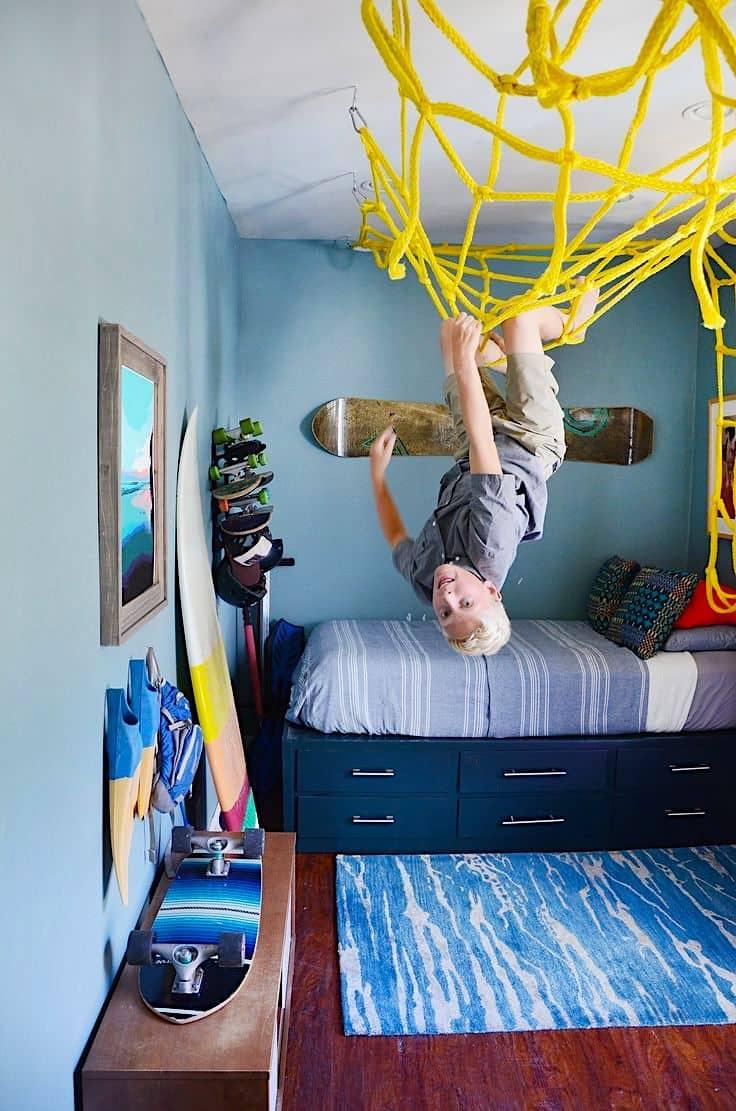 Для того чтобы лазить по потолку, совсем не обязательно обладать сверхспособностями. Сеткой для лазанья в виде паутины поможет тренировать свою устойчивость к акрофобии
