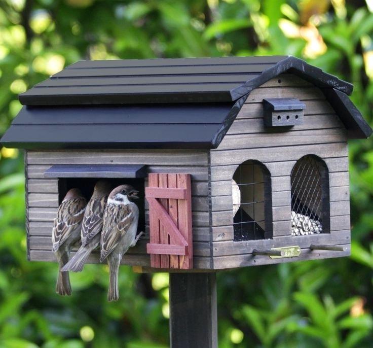 Красивая деревянная кормушка для птиц в вид домика