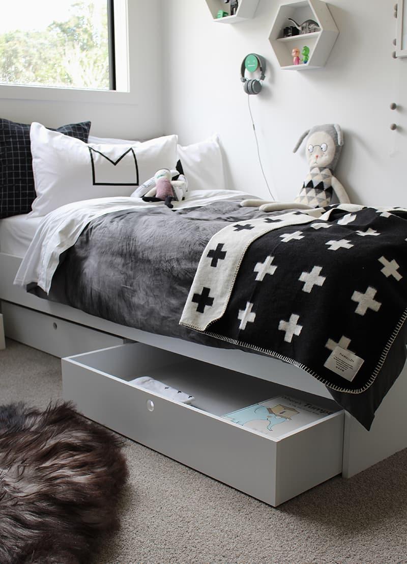 Встроенные выдвижные ящики в кровать являются идеальным местом для хранения постельного белья или детских игрушек
