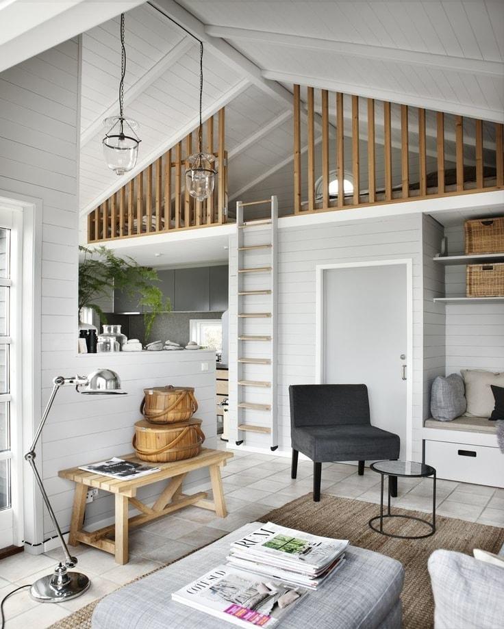 Если высота потолков позволяет, на верхнем ярусе можно обустроить достаточно удобное спальное место