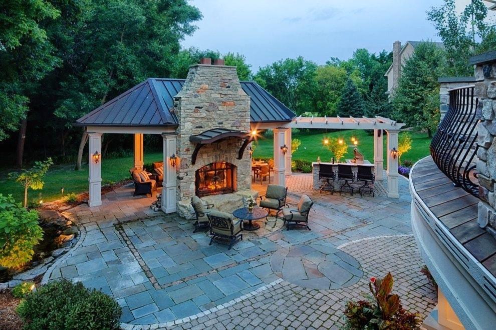 Такое летнее помещение позволит всей семьей собраться за одним столом теплым вечером или организовать вечеринку с друзьями