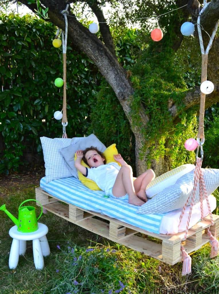 Уложив на поддон мягкий матрас можно сделать полноценные подвесные качели-кровать
