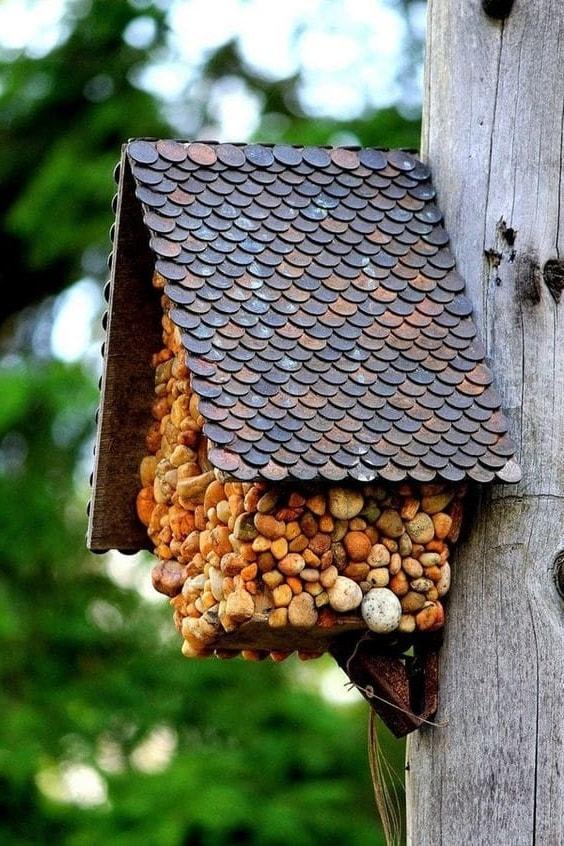 Чудесный скворечник для птиц изготовленный из подручных материалов