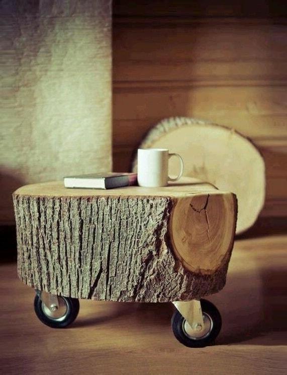 Прикрутив к обычному пню пару крепких колес, вы получите красивый имобильный журнальный столик для вашего сада
