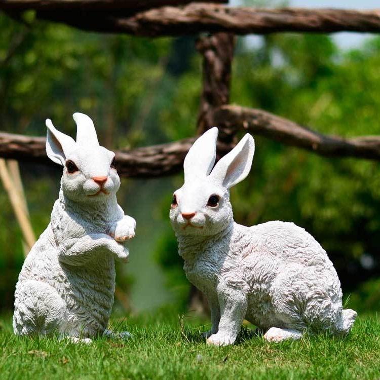 Декоративные садовые фигурки в виде двух забавных кроликов добавит индивидуальности вашему саду