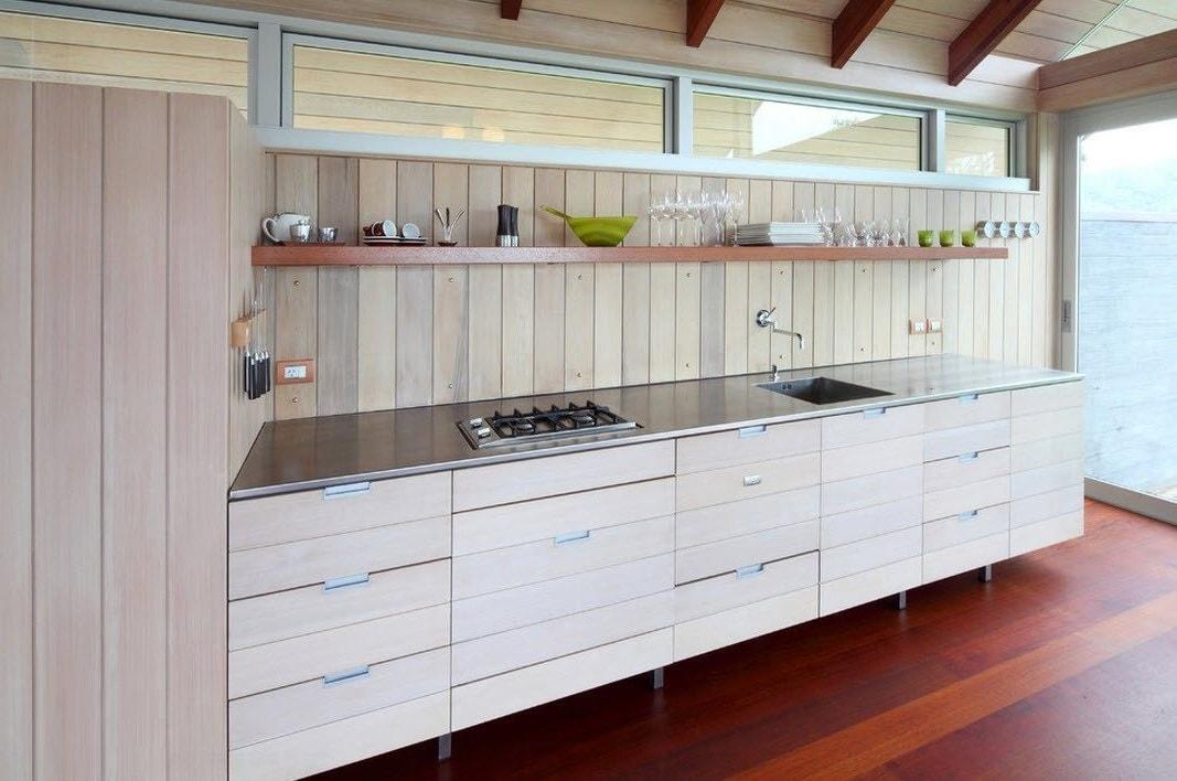 Довольно необычно выглядит кухонный фартук, изготовленный из красивых деревянных панелей